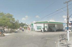 Rompimento de rede de esgoto interdita trânsito na Jatiúca