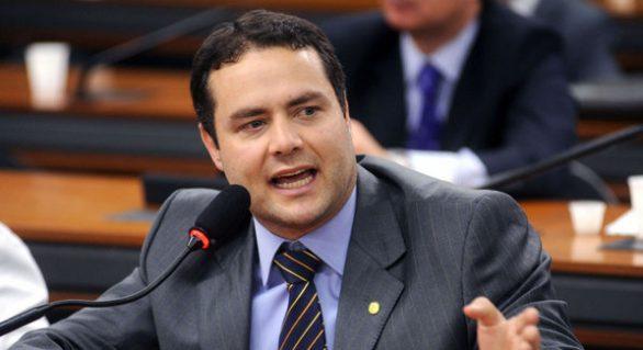 Prestes a ser indicado ao governo, Renan Filho 'mergulha' e evita declarações