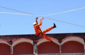 Bombeiros fazem treinamento de salvamento em altura nesta sexta