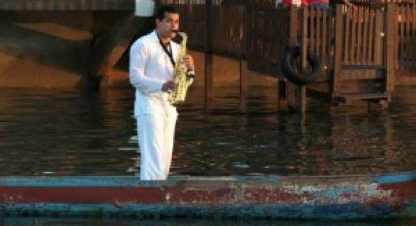 Saxofonista faz sucesso com suas apresentações