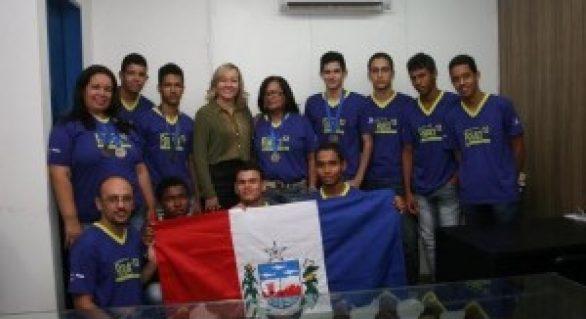 Secretária de Educação recebe alunos finalistas da Febrace