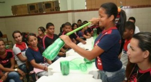Estudantes transformam garrafas pets em vassouras ecológicas