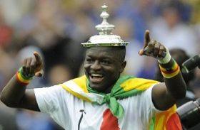 Jogador de Gana visita comunidade carente do entorno do Rei Pelé