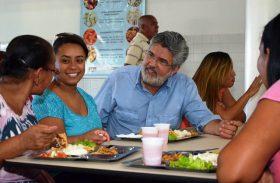 Tavares conhece restaurante popular no Benedito Bentes