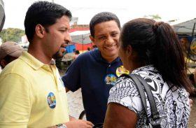Júlio Cezar e Rodrigo Cunha visitam a feira livre de Arapiraca