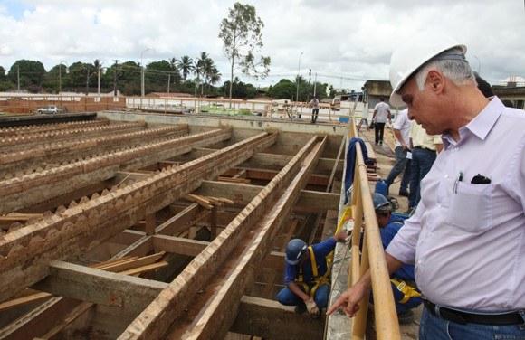 Presidente da Casal, Álvaro Menezes, mostra trabalho que vem sendo realizado nas unidades de decantação da estação Pratagy (Foto: Agência Alagoas)