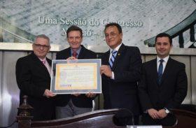 Marcelo Crivella e presidente do PRB recebem homenagem na ALE