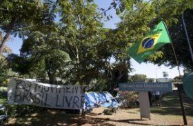 Manifestantes acampam em frente à casa de Cunha e pedem impeachment de Dilma
