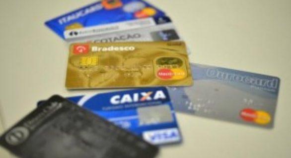 Taxa de juros do rotativo do cartão de crédito sobe para 415,3% ao ano