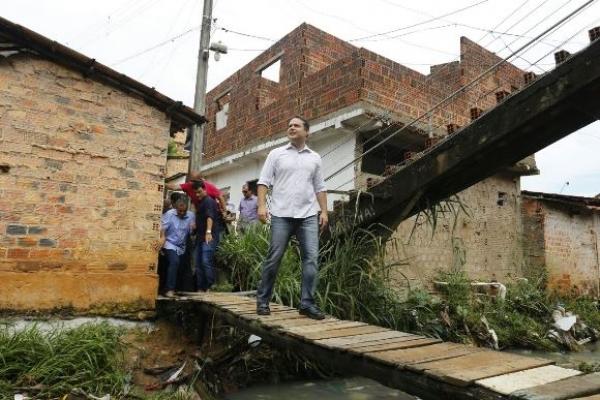 Governador na Grota do Pau D'arco onde lançou o Programa e conversou com a comunidade (FOTO: Márcio Ferreira)