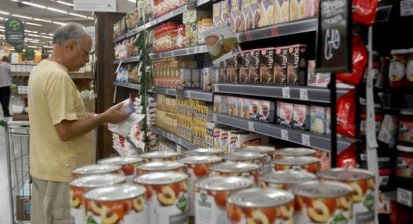 Selo em produtos industrializados ajuda consumidor a escolher alimento saudável