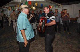 Cícero Almeida toca sanfona para João Lyra