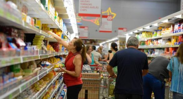 Alimentos, conta de luz e cigarros pressionam inflação, aponta FGV