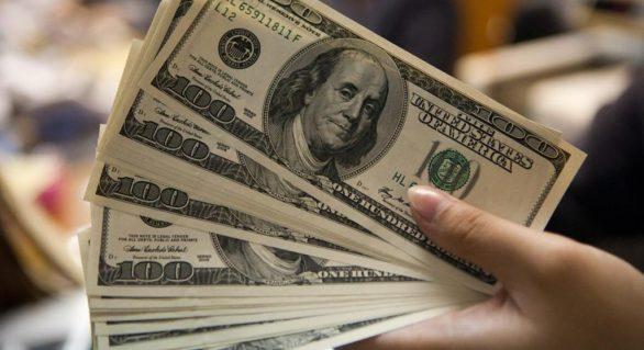 Dolar cai quase 4% após fechar na maior alta em 18 anos