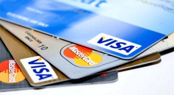 Taxa de juros do rotativo do cartão de crédito cai para 422,5% ao ano