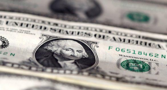 Dólar opera em alta de mais de 1% nesta segunda, de olho no cenário político