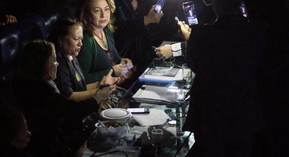 Protesto de senadoras paralisa sessão da reforma trabalhista há mais de 3 horas