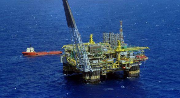 Funcionários de 40 plataformas da Petrobras aprovam greve sem data definida