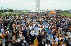 Em ponto alto da mobilização, prefeitos protestam nos gramados do Congresso Nacional