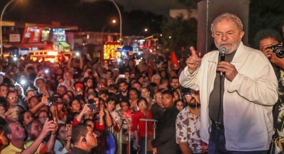 Às vésperas de julgamento, Lula ataca presidente do TRF-4 em ato no RJ