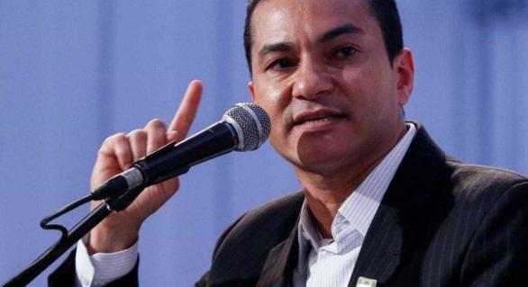 Mais um ministro pede demissão e é terceira baixa no governo em um mês
