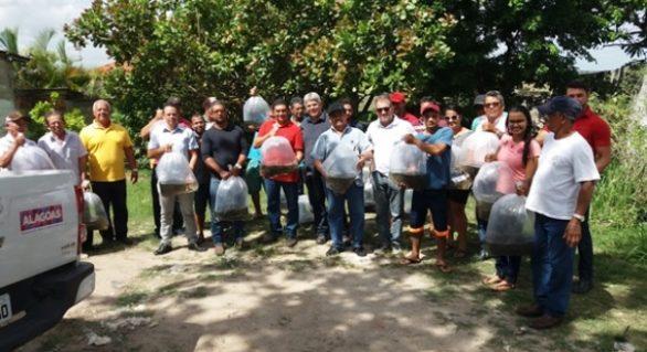 Governo distribui alevinos a agricultores familiares em Junqueiro