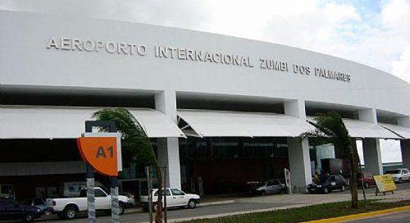 """Manifestantes """"apertam"""" senador e deputados no aeroporto de Maceió"""