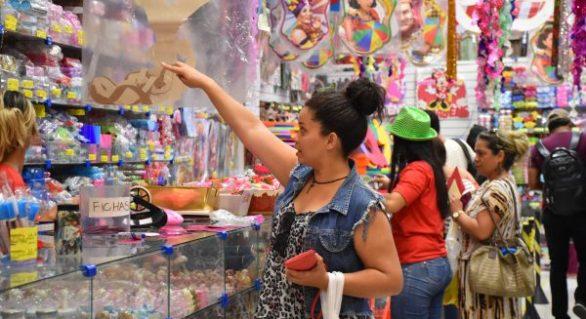 Com bolso apertado, foliões investem em acessórios carnavalescos em vez de fantasias