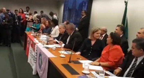 Oposição faz ato contra reforma da Previdência na Câmara