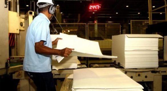 Produção industrial cai em oito locais em fevereiro, diz IBGE
