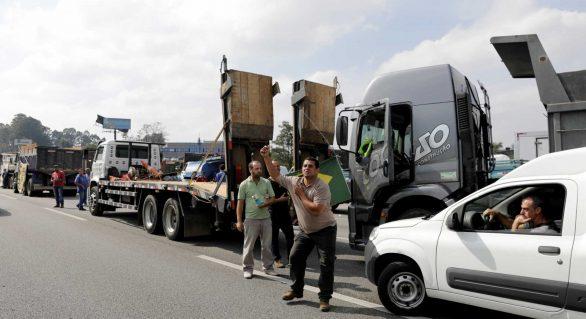 Caminhoneiros criticam sindicatos e dizem que continuarão parados