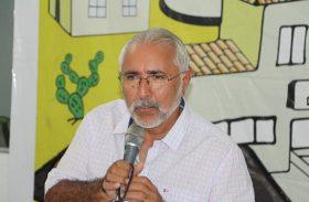 """Padre Eraldo """"justifica"""" atrasos de salário culpando queda na arrecadação"""