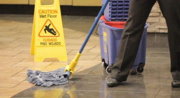 GBarbosa deve indenizar cliente que levou queda em piso molhado