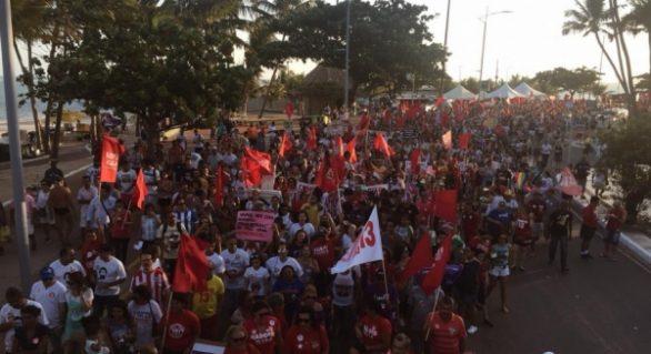 Milhares de pessoas participam de manifestação na orla de Maceió a favor de Fernando Haddad