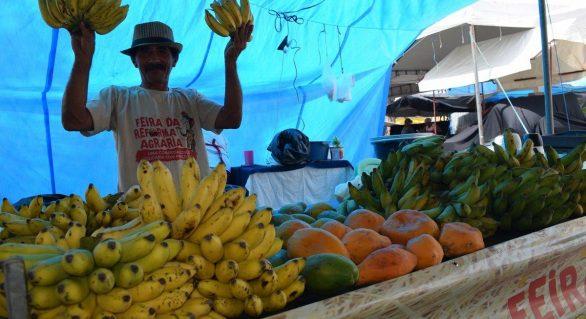 Produtos da reforma agrária são comercializados na praça da Faculdade
