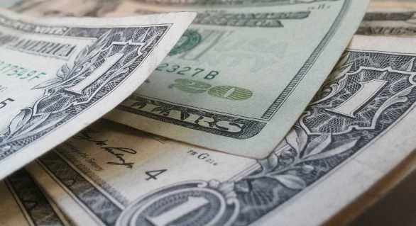 Dólar encerra semana em alta, valendo R$ 3,89