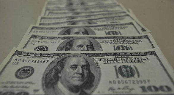 Bolsa de Valores abre em queda e dólar sobe para R$ 3,69