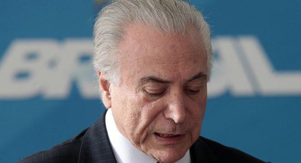 Temer sai discretamente após entregar faixa a Bolsonaro e ouvir vaias