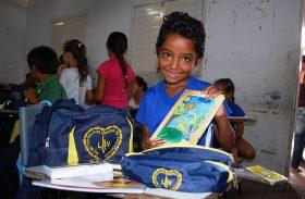 Campanha em prol da educação doa material escolar para crianças em AL