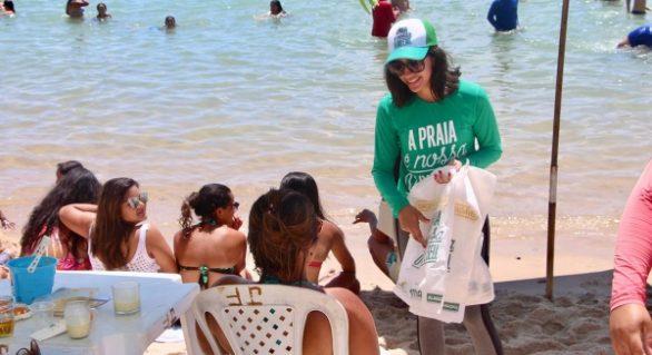 Sacolas biodegradáveis e camisinhas serão distribuídas pelo projeto Nossa Praia