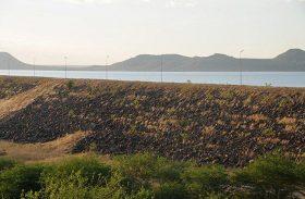 Prefeitura tenta tirar famílias do entorno de barragem no Ceará