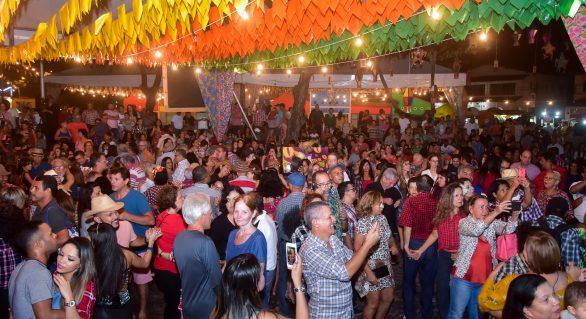 Maceioenses e turistas festejam noite de São João em Jaraguá