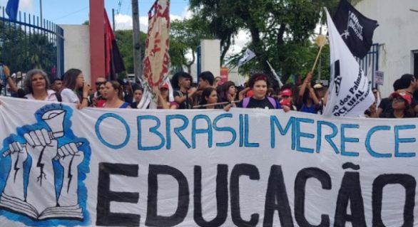 Professores e estudantes voltam a protestar contra cortes