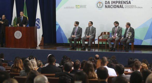 Bolsonaro assina decreto que torna gratuita publicações de órgãos federais no DOU