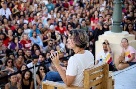 Bate-papo com Manuela d'Avila lota último dia da Bienal