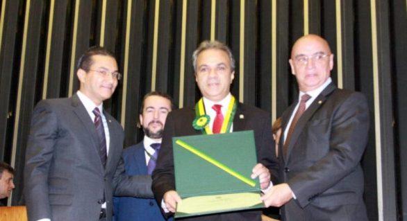Presidente do CNPTC é homenageado com Medalha do Mérito Legislativo