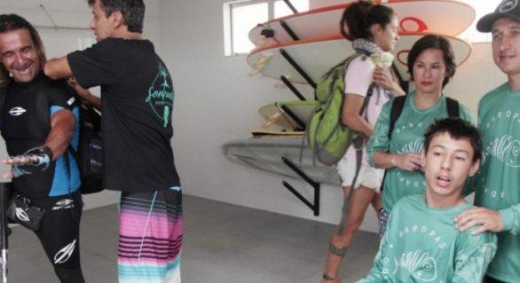 Inaugurada primeira escola de surfe para deficientes no mundo