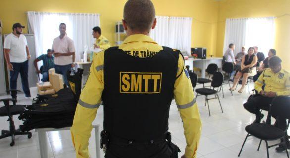 Prefeito de Delmiro Gouveia entrega coletes balísticos e rádios a agentes da SMTT