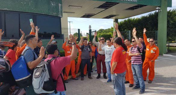Trabalhadores realizam ato contra a venda de campos petrolíferos em AL