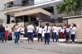 Vídeo: Familiares de presos protestam em frente à casa de Renan Filho
